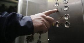 пассажиры в лифте